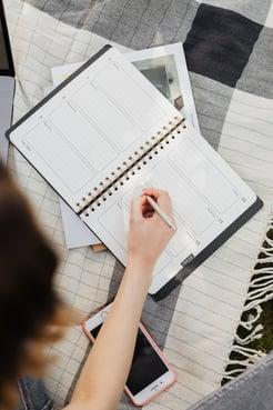 mulher organizando as tarefas na agenda