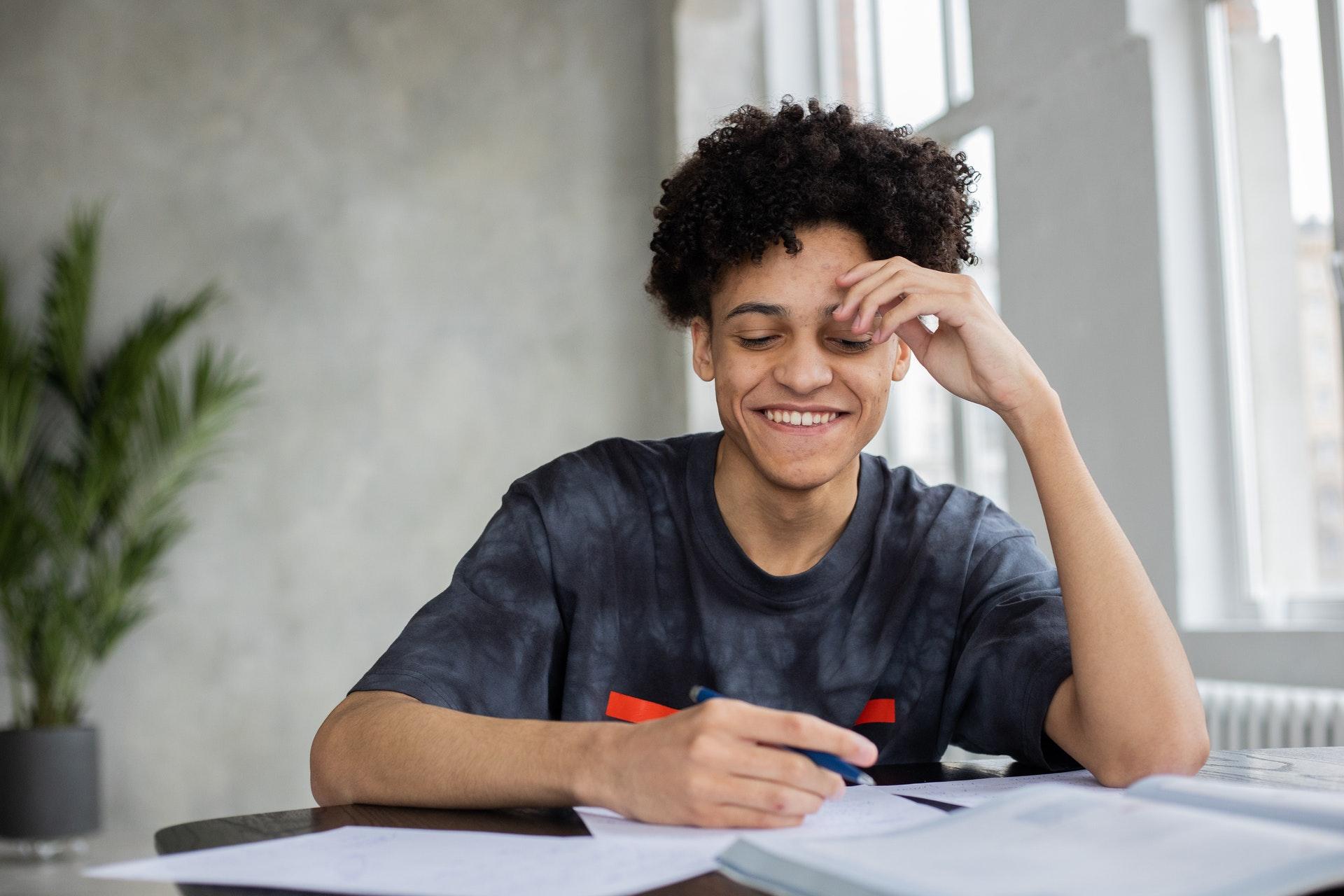 rapaz pesquisando sobre seguros estudantis